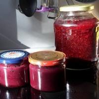 Brombeeren - Gelee, Senf und Likör-Brombeeren - Gelee, Senf und Likör - in Gläser gefüllt