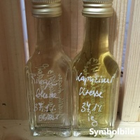 -Kapuzinerkresse und Ringelblume als Schnaps in einer Flasche